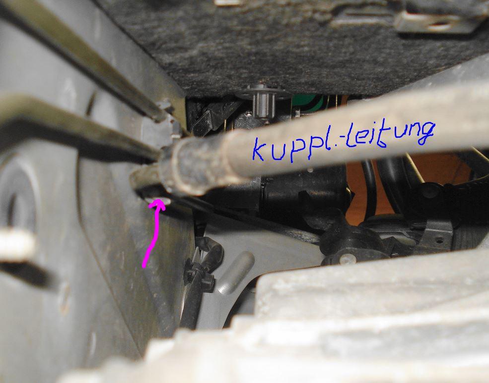 Kupplungsleitung aus Clip lösen.JPG