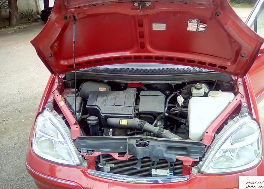 Mercedes_A_Motorraum.jpg